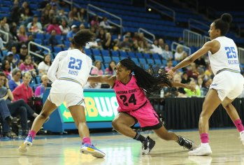 Kelli Hayes gets ball possession. Photo by Maria Noble/WomensHoopsWorld.