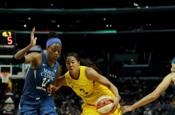 Candace Parker races past the defense. Maria Noble/WomensHoopsWorld.