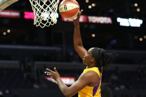 Chelsea Gray lays it up and in. Photo by Maria Noble/WomensHoopsWorld.