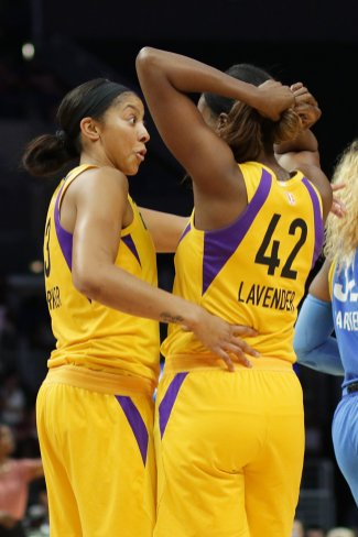 Candace Parker confers with Jantel Lavender. Photo by Maria Noble/WomensHoopsWorld.