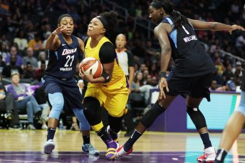 Odyssey Sims tries to get by Renee Montgomery. Photo by Maria Noble/WomensHoopsWorld.