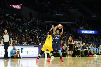 Renee Montgomery passes as Odyssey Sims defends. Maria Noble/WomensHoopsWorld.