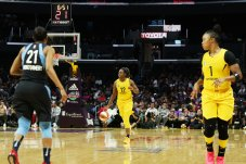 Chelsea Gray sets up the play for Los Angeles. Maria Noble/WomensHoopsWorld.