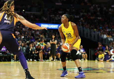 Nneka Ogwumike is guarded by Brittney Griner. Maria Noble/WomensHoopsWorld.