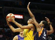 Candace Parker shoots under pressure. Maria Noble/WomensHoopsWorld.
