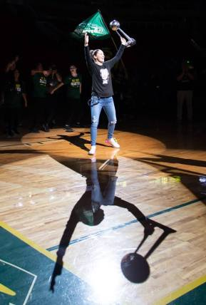 Sue Bird hoists the trophy. Neil Enns/Storm Photos.