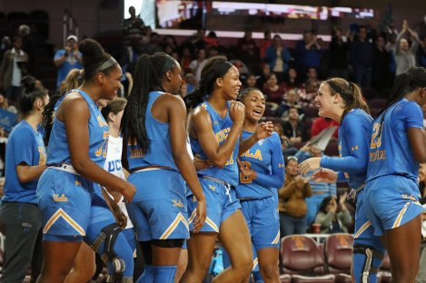 The Bruins are excited before the last period. Maria Noble/WomensHoopsWorld.