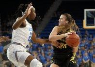 Sabrina Ionescu swings the ball. Maria Noble/WomensHoopsWorld.