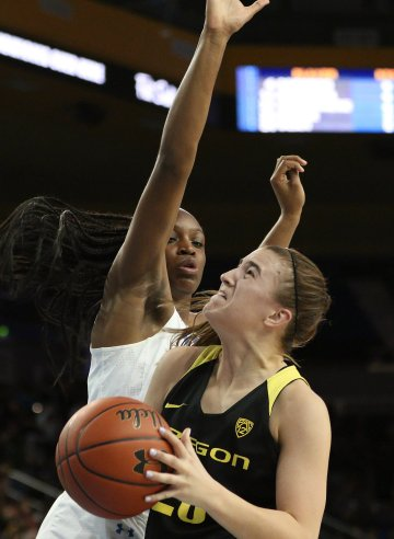 Sabrina Ionescu is defended by Kennedy Burke. Maria Noble/WomensHoopsWorld.