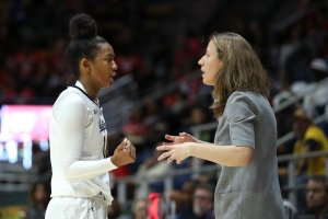 Lindsay Gottlieb confers with Kianna Smith during a game. Photo courtesy of California Athletics.