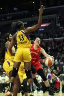 Kelsey Plum is defended in the paint. Maria Noble/WomensHoopsWorld.