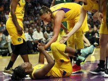Chelsea Gray gets a hand up. Maria Noble/WomensHoopsWorld