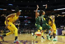 Behind-the-back pass from Chelsea Gray to Nneka Ogwumike. Maria Noble/WomensHoopsWorld