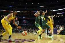 Nneka Ogwumike collects the pass. Maria Noble/WomensHoopsWorld