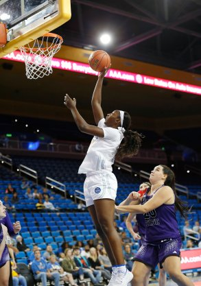 Michaela Onyenwere finds the rim in traffic. Maria Noble/WomensHoopsWorld