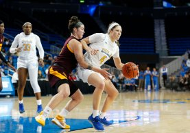 Robbi Ryan defends Lindsey Corsaro. Maria Noble/WomensHoopsWorld.