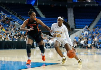 Michaela Onyenwere tries to get past Maddie Washington. Maria Noble/WomensHoopsWorld.