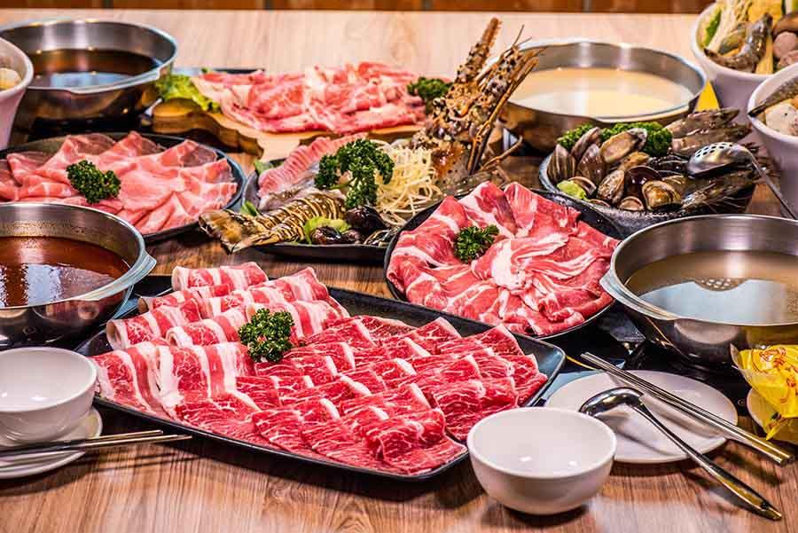 萬華鍋物推薦「樂崎火鍋」東園街超人氣鍋物,澎湃的雙人海鮮套餐,還有肉質細嫩的熟成牛肉,值得一訪再訪