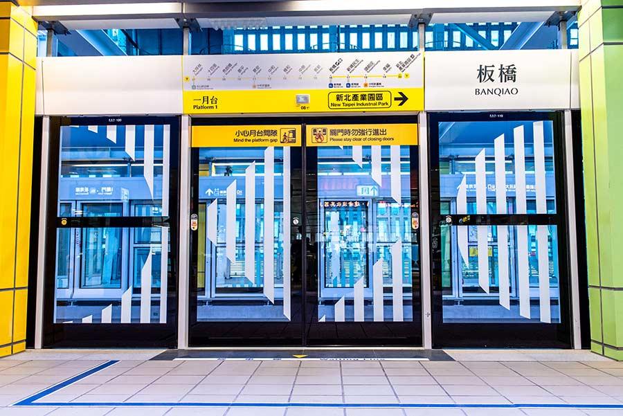 環狀線板橋站開箱【 全站公共藝術搶先看】國內首創單程票站外轉乘閘門,20分鐘內免費轉乘,免去旅客二次購票的不便