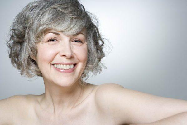 Žena s šedými vlasy