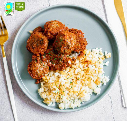 Albóndigas Heura con salsa de tomate ligera y arroz blanco