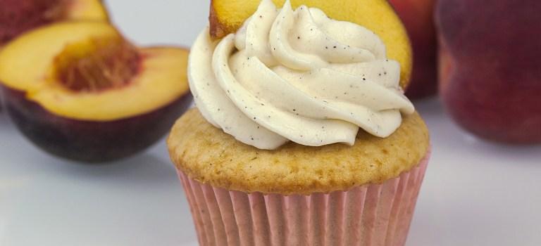 Cupcake des Monats: Fruchtig gefüllte Pfirsich-Mascarpone-Cupcakes