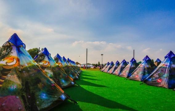Com grandes festivais que oferecem áreas para acampamento, a ideia se tornou muito viável