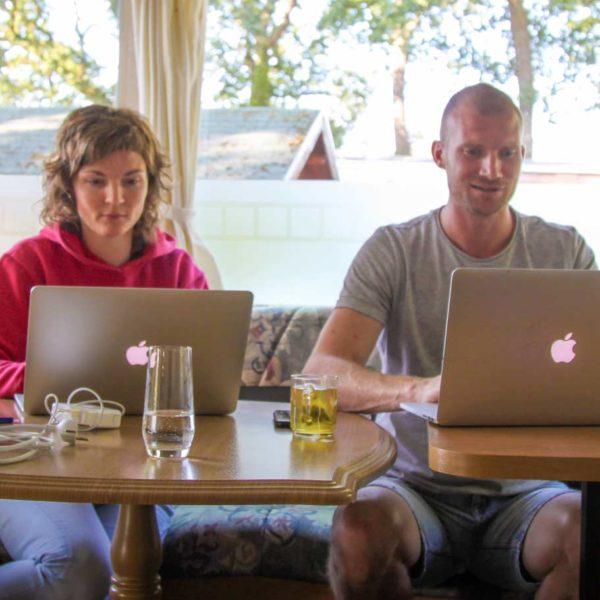 Rianne werkt met Steven aan haar website tijdens het Digital Nomad Programma