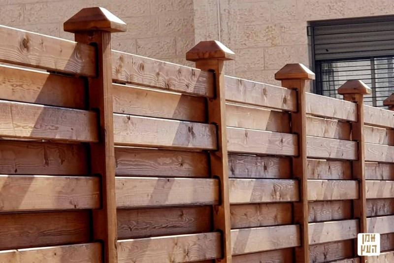 גדר עץ לגינה