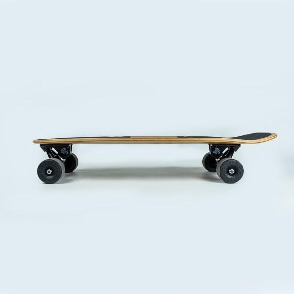 Skateboard en bois vue de profil