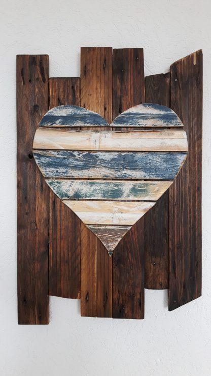 Wanddekoration aus Altholz in Herzform