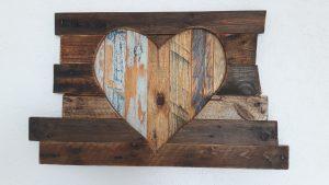 Wanddekoration aus Altholz in Herz- Form