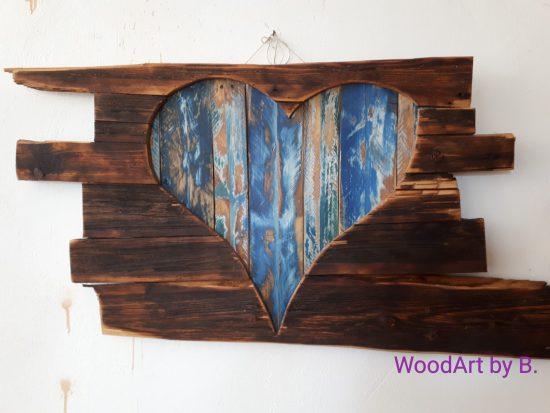 Deko-Herz hinter Altholz
