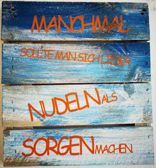 Wanddekoration mit Nudeln und Sorgen.