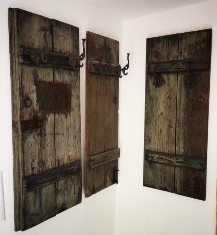 Garderobe aus original Fensterläden.