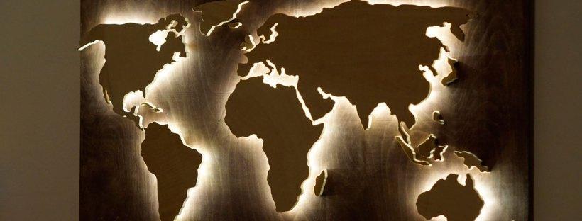 Дървена светеща карта на света