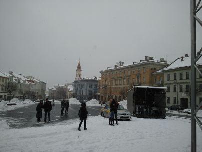 Vilniaus rotušės aikštėje šoka snaigės ir jauna porelė.
