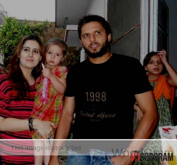 Shahid Afridi Wife Nadia And Daughters