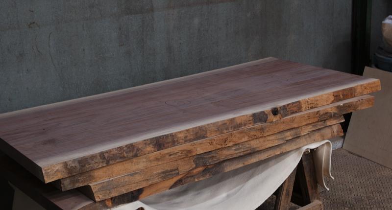 入荷したアメリカンブラックウォールナット無垢天板の画像です