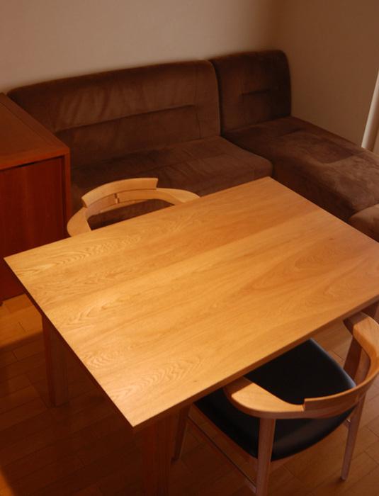 亜和座チェア2台と合わせたスタンダードテーブル二人掛けダイニングセット、ご納品の様子