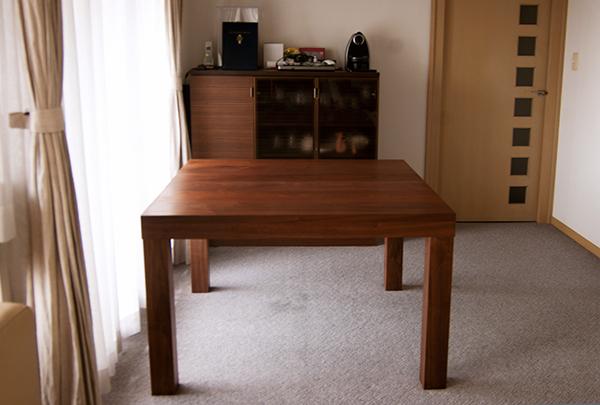 無垢オーダーテーブル/ウォールナット材のアッツテーブルご納品の様子です