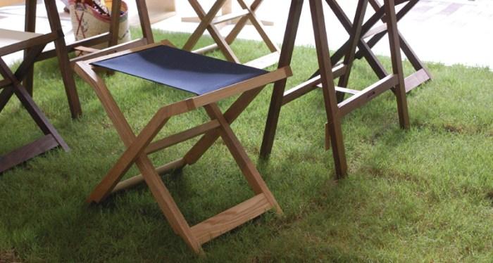 ぱたむスツールは簡単に折り畳みができる椅子です
