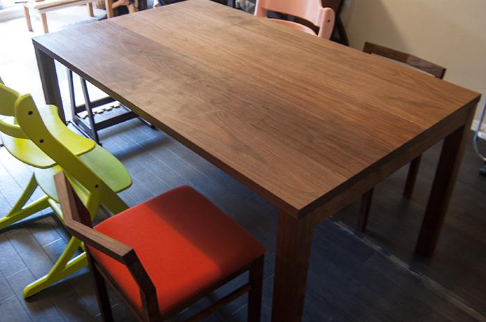 ウォールナット材テーブル、独特の色合いが際だつオイルで仕上げた天板の様子です