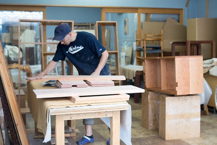 アメリカンチェリーで製作中のTANAテレビボード 棚板などパーツの仕上げ塗装作業