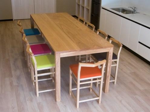 10人がけのおおきな無垢テーブルとハイタイプチェア