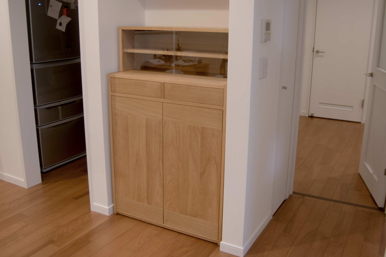ナラ材で製作したTANA食器棚をご納品した様子です