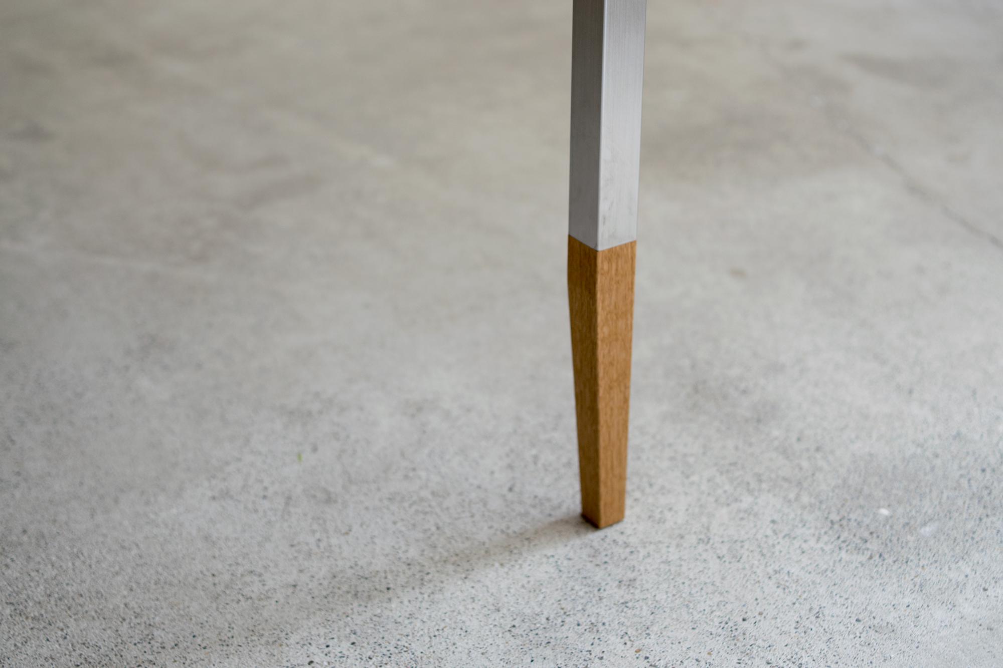 脚は30mm角、脚先にかけて細くなっています