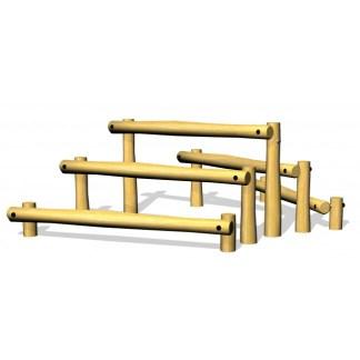 Balans/klätterlek består av 5 st liggande robiniastockar i olika höjd. De kan både användas som balansbommar och som klätterredskap, fristående eller som del i balans/hinderbana.