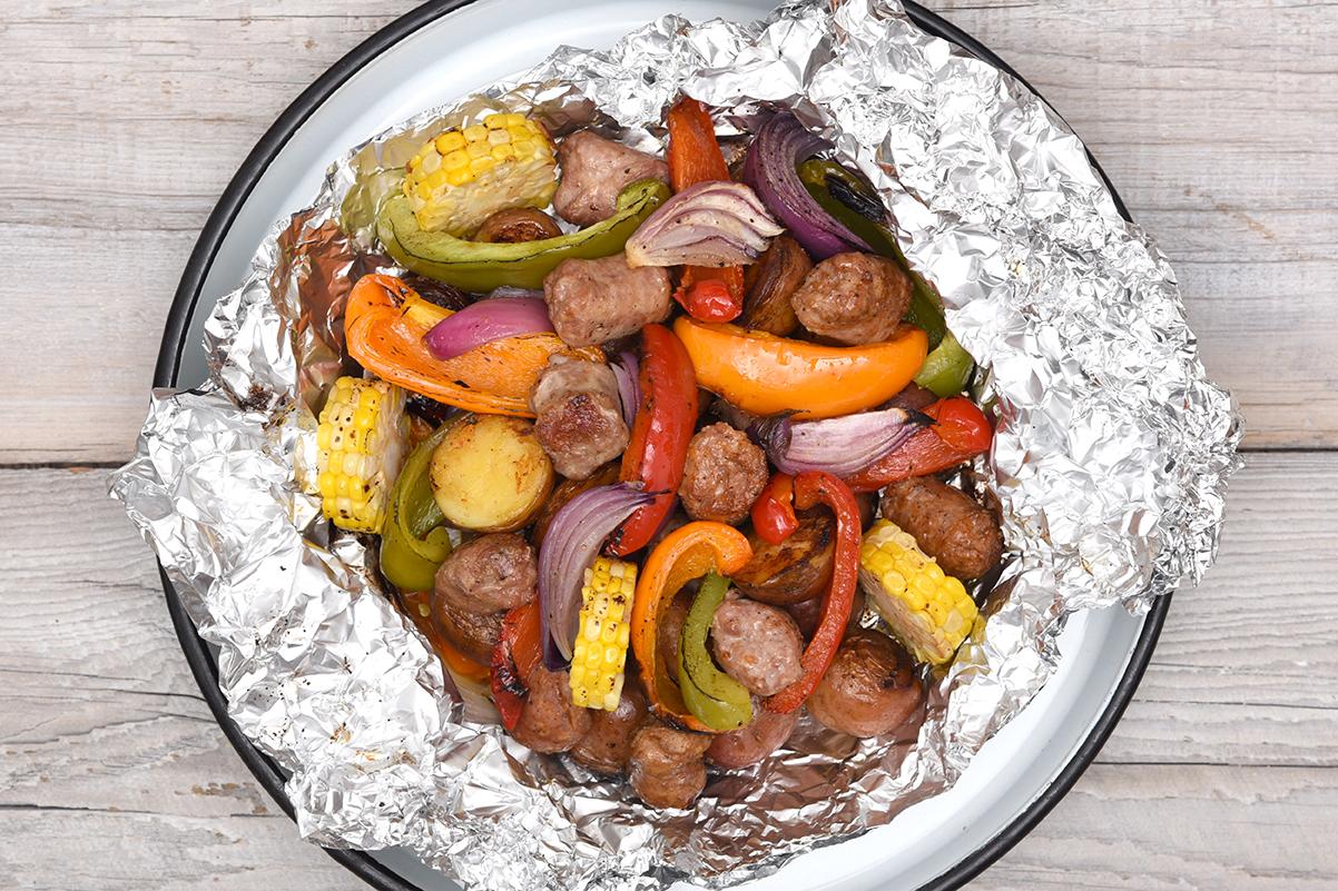 Papilotte de saucisses, patates et légumes grillés