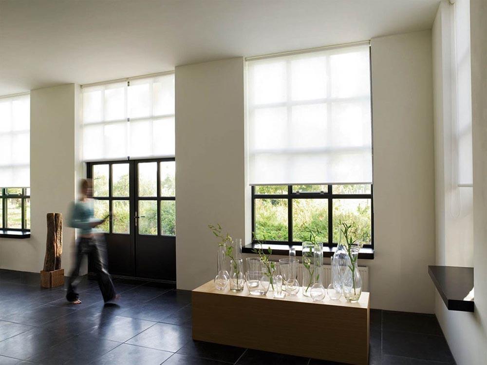 Een rolgordijn als raambekleding woonruimtelijk